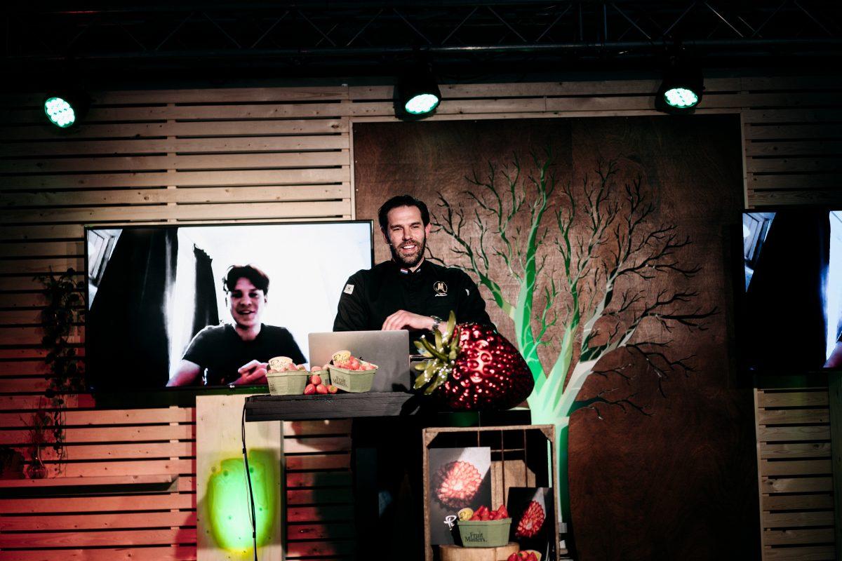 Juryvoorzitter Hidde de Brabander feliciteert Ruben Koelman.